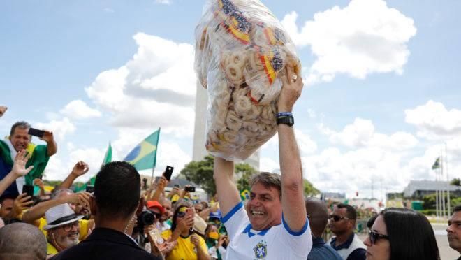 Bolsonaro saúda apoiadores em ato deste domingo (15): presidente continua a desdenhar da gravidade do coronavírus.