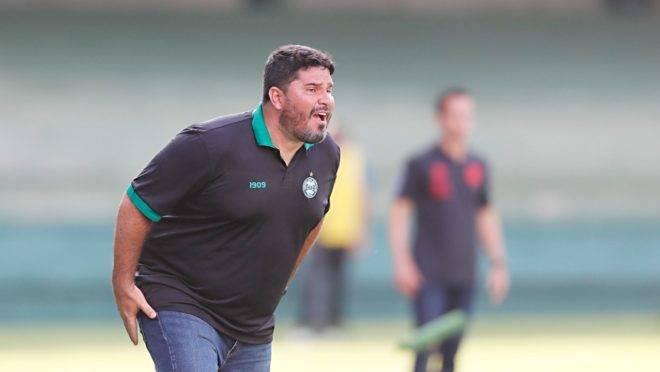 Treinador Eduardo Barroca pede que Federação suspenda Paranaense