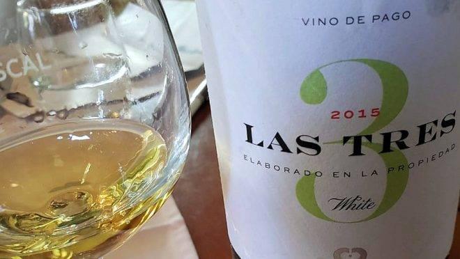 Las Tres, um vinho branco sublime, combinando três, uvas, produzido pela Bodega Chozas Carrascal, da Espanha, e agora também disponível por aqui.