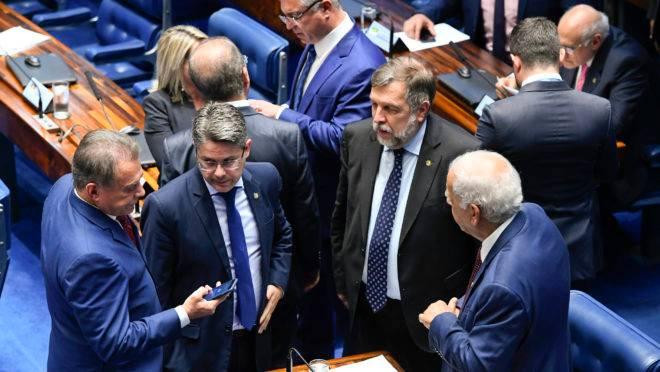 Alvaro Dias (esq.), Flávio Arns (terceiro da esq. pra dir.) e Oriovisto Guimarães no Senado.