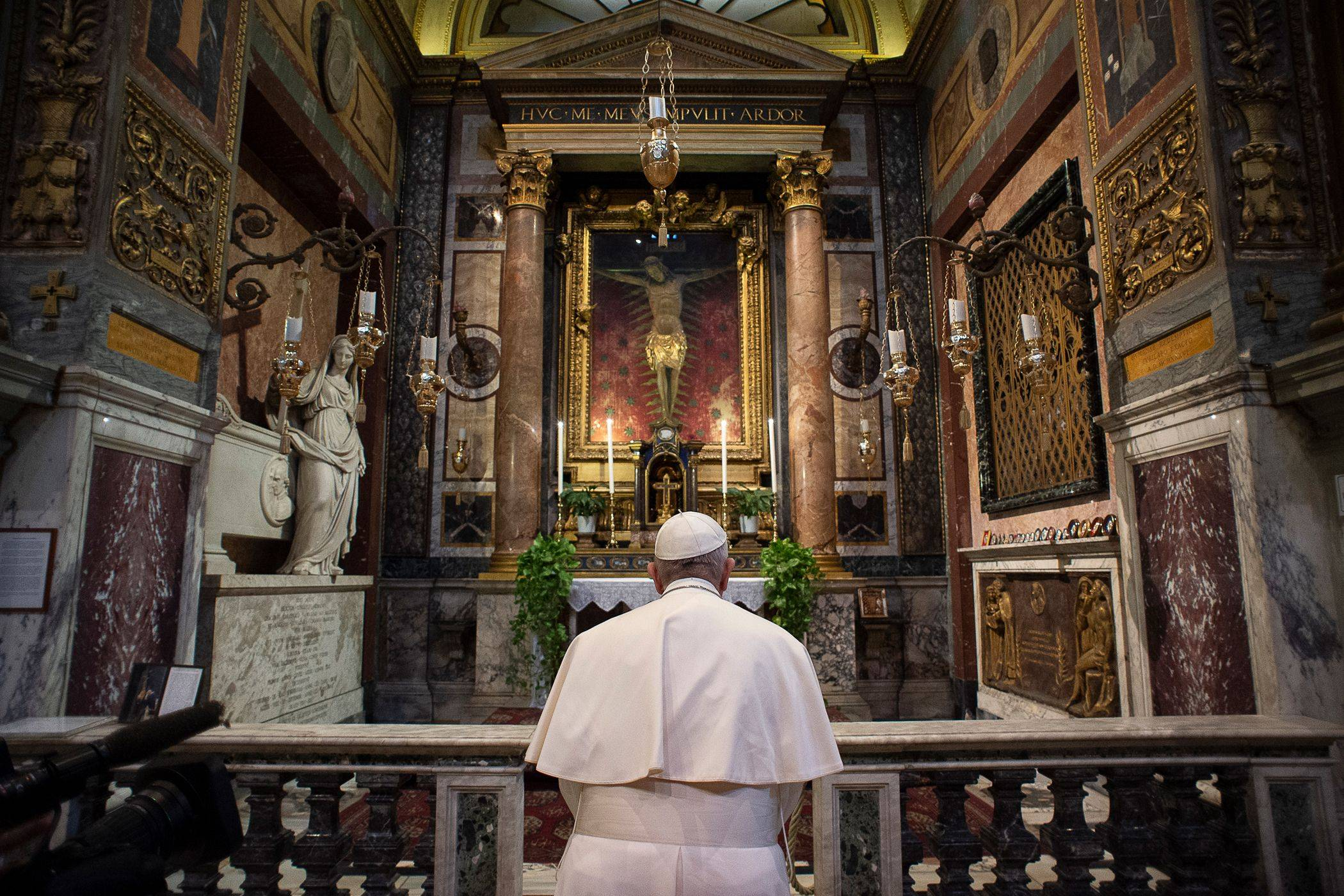 Em 15 de março, o papa Francisco foi a duas igrejas romanas, incluindo a de San Marcello al Corso, onde se venera um crucifixo usado em procissões pelo fim da peste, para rezar pelo fim da pandemia de coronavírus. (Foto: Vatican Media/AFP)