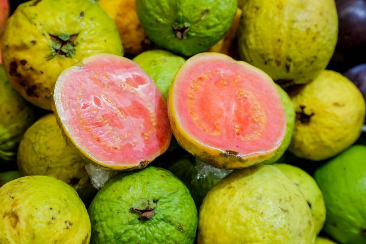 Resista à tentação de provar frutas cortadas na feira