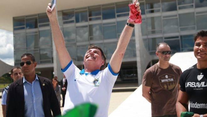 Presidente Jair Bolsonaro cumprimentou manifestantes dos atos de domingo na área externa do Palácio do Planalto, em Brasília.