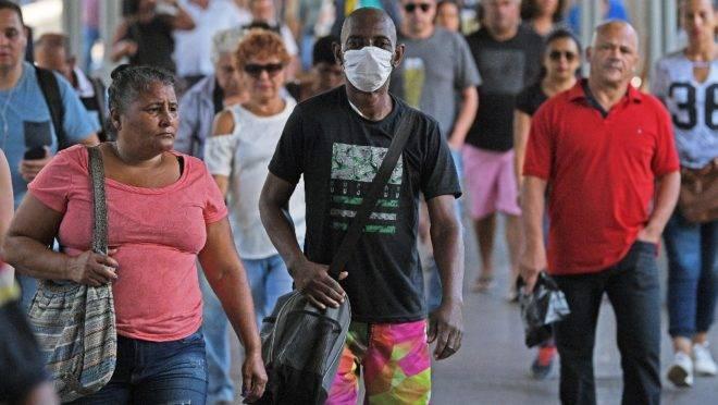 Homem usa máscara nas ruas do Rio de Janeiro para se proteger do novo coronavírus,