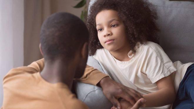 Crianças tendem a ficar mais ansiosas quando elas percebem que os pais demonstram ansiedade