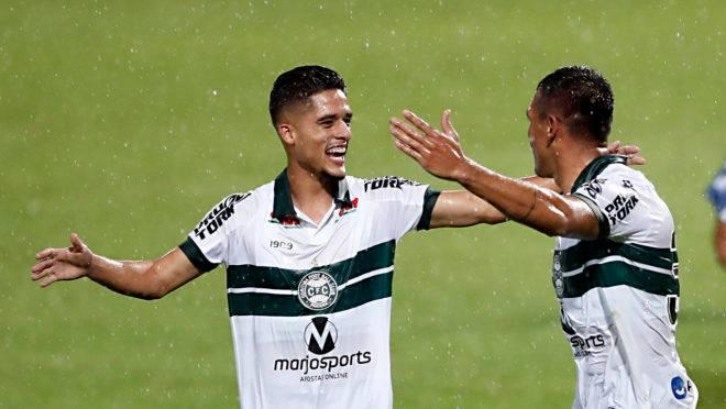 Yan Couto comemora gol de Robson contra o Cianorte. Jogo marcou a estreia do lateral-direito.