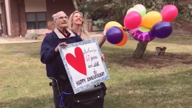 Casal celebre 67 anos separados por coronavírus