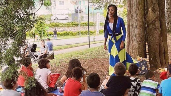 Contadores de histórias fazem transmissões ao vivo para interagir com crianças durante quarentena