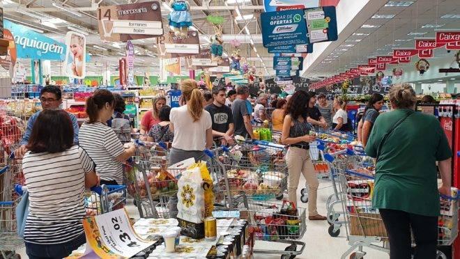 Movimento acima do normal em supermercado de Curitiba, nesta quarta-feira (18), por causa da histeria em torno do coronavírus