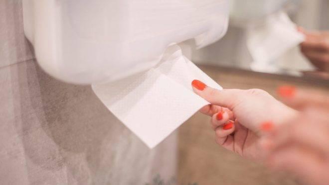 O atrito realizado durante o processo de secagem reduz ainda mais a carga microbiana e a transferência ambiental de micro-organismos