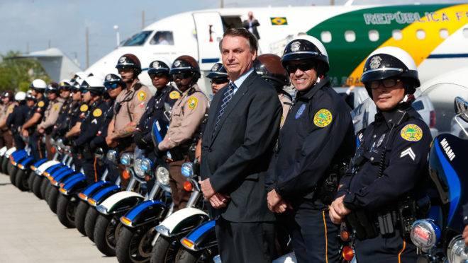 Jair Bolsonaro durante viagem aos EUA, no início do mês: facada sofrida por ele em 2018 justificaria a manutenção de seguranças a ex-presidentes ameaçados de morte.