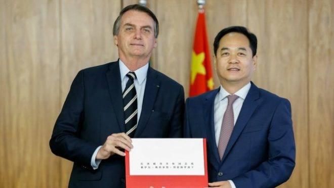 O embaixador Yang Wanming ao lado do presidente Jair Bolsonaro: estilo discreto esconde determinação de defender os interesses chineses no Brasil.