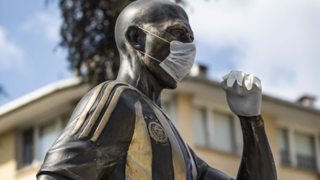 """Estátua de Alex ganha """"proteção"""" contra coronavírus"""