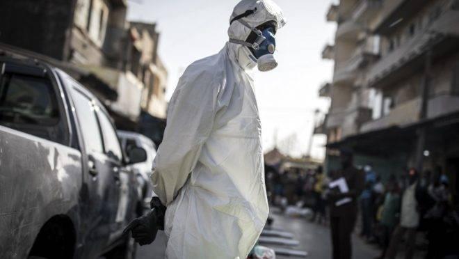 Funcionário usa equipamento de proteção completo como medida preventiva contra o coronavírus, em Dakar, em 22 de março de 2020.