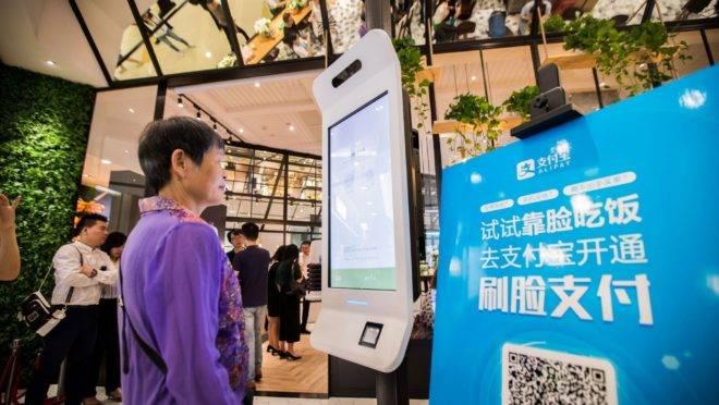Chinesa paga via reconhecimento facial: tecnologias contact less reduzem infecções.