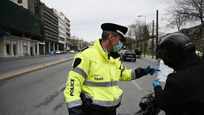 Policial grego aborda motociclista por causa do coronavírus.