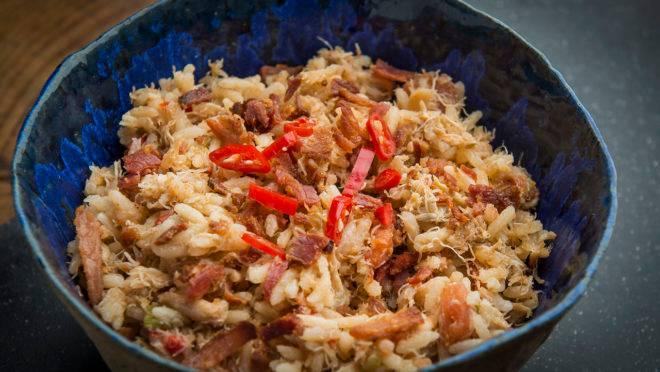 Jambalaia de siri: receita combina arroz, carne de siri, bacon, pimentão e temperos. Serviço: Prato de cerâmica: Instagram @1832_amoceramica