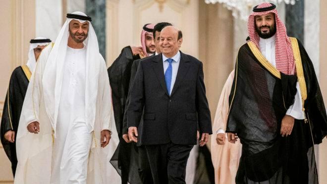 Príncipe herdeiro de Abu Dhabi, Mohamed bin Zayed al-Nahyan, caminhando ao lado do presidente do Iêmen, Abedrabbo Mansour Hadi, e do príncipe herdeiro saudita Mohammed bin Salman