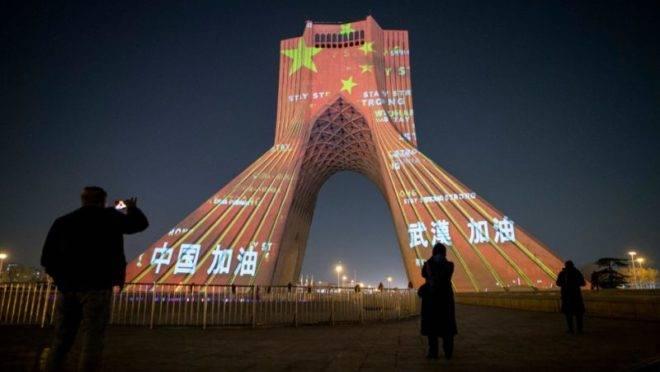 A Azadi Tower, no Teerão, iluminada em apoio à China. Foto: Ahmad Halabisaz
