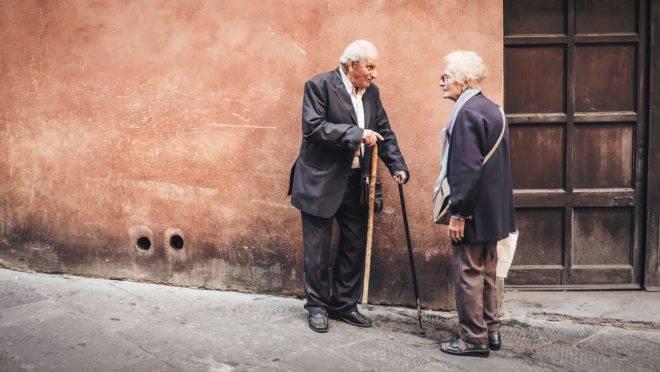 Como explicar aos idosos que eles precisam ficar em casa durante a pandemia?