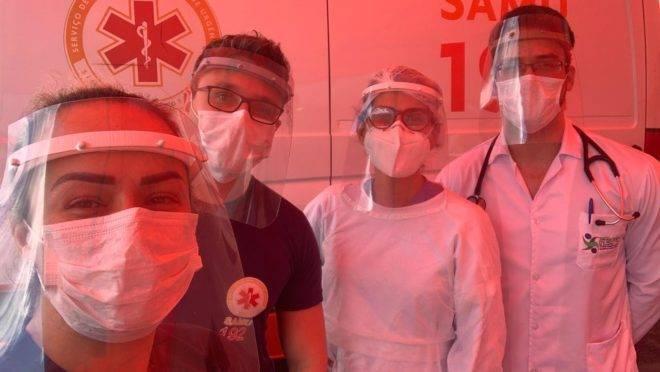 Equipe do Samu recebe as máscaras doadas pelos empresários e designers. Foto: Arquivo Pessoal/Michelli Andrade
