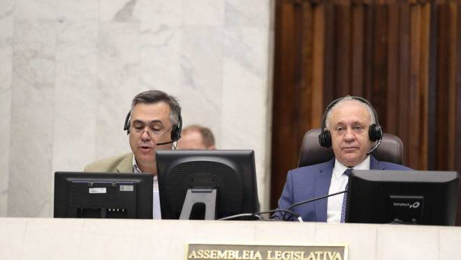 Secretário da Saúde, Beto Preto, ao lado do presidente da Assembleia Legislativa, Ademar Traiano (à direita)