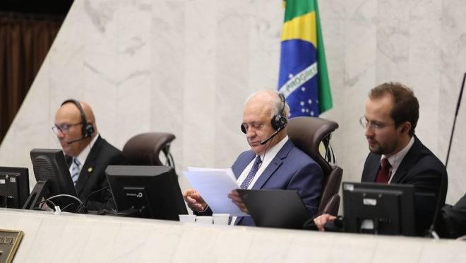 """Presidente da Assembleia Legislativa, o tucano Ademar Traiano (ao centro), conduz nesta quarta-feira (25) a terceira """"sessão virtual"""" da Casa"""