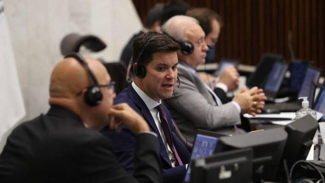 Secretário-chefe da Casa Civil, Guto Silva, fala com os deputados estaduais, nesta quarta-feira (25)