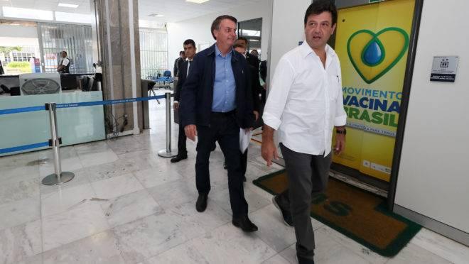 Bolsonaro e o ministro da Saúde, Luiz Henrique Mandetta, afinaram o discurso nesta quarta: ministro diz que permanece no cargo até quando o presidente quiser.