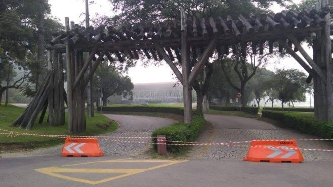 Parque Barigui amanheceu com os acessos para carro completamente bloqueados nesta quinta-feira (26).