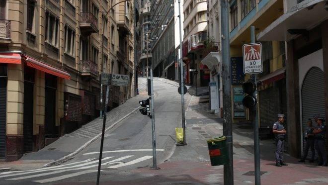 Lojas fechadas na Rua 25 de Março, tradicional ponto do comércio popular em São Paulo: medo do coronavírus causa queda nas vendas e perda de empregos.