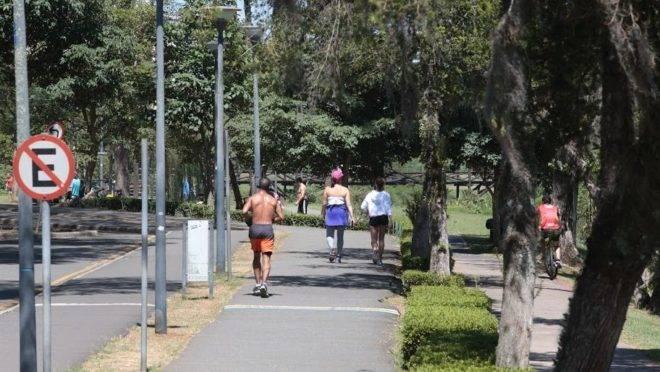 Curitibanos no Parque Barigui, que está fechado pela prefeitura.
