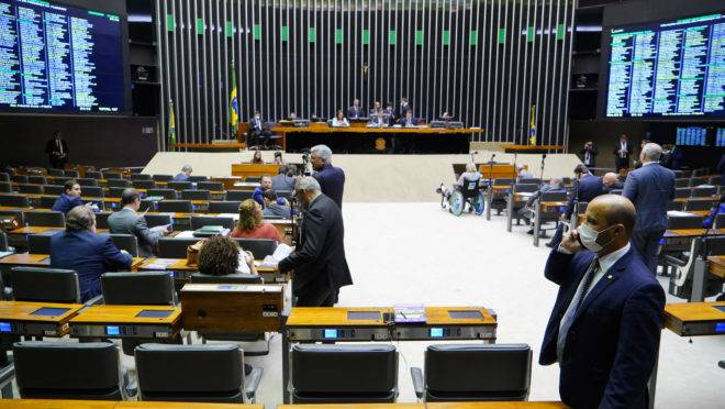 Como o corte de salário de parlamentares e verbas eleitorais podem ajudar a combater a Covid-19