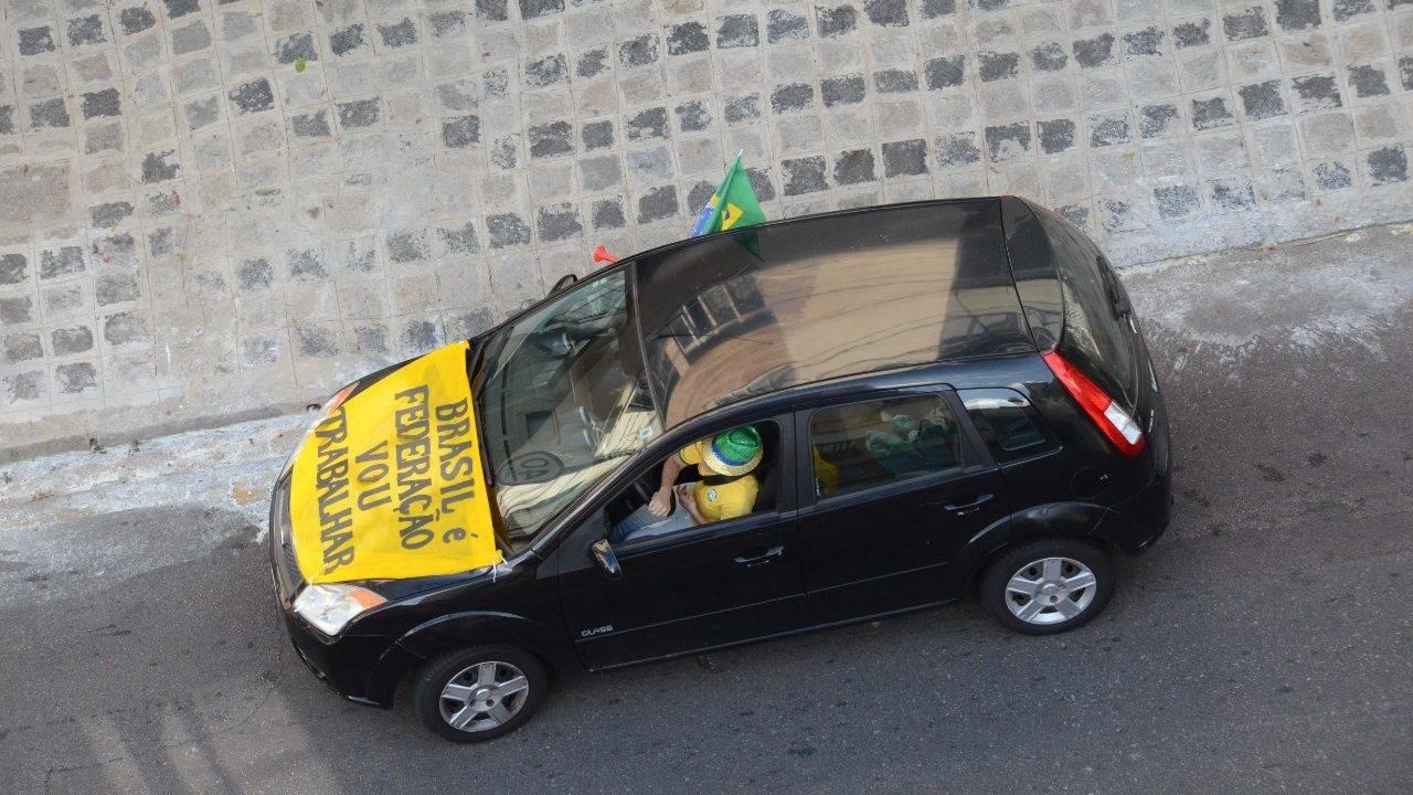 Carreata em Curitiba pelo fim do isolamento social, em 27 de março: em Goiás e Maranhão, manifestações desse tipo estão proibidas.