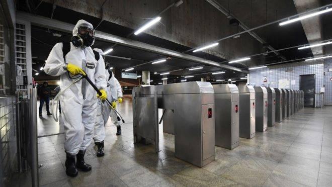 Funcionários desinfetam uma estação de metrô em Brasília na luta contra a pandemia do coronavírus
