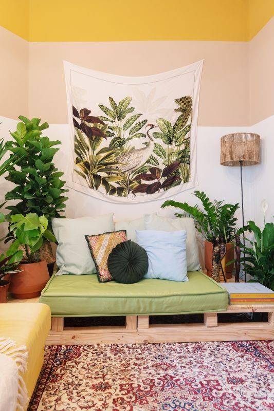 Na sala decorada pelo designer Paulo Biacchi a bandeira segue a atmosfera Boho do restante do ambiente. Foto: Marcelo Nava