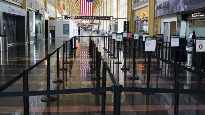 Aeroporto Nacional de Washington Ronald Reagan vazio, 29 de março, Arlington, Virginia. Residentes da capital americana podem ser multados se não obedecerem ordem de ficar em casa