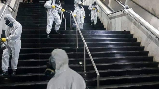 Membros do Exército fazem a desinfecção da rodoviária de Brasília, em ação contra o coronavírus.