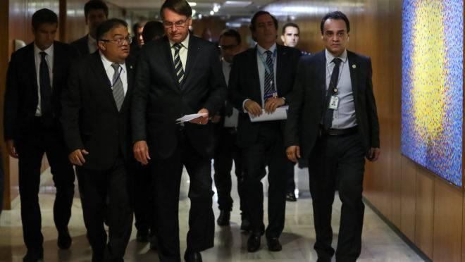 Presidente Jair Bolsonaro deveria estar elaborando plano de combate ao coronavírus. Em vez disso, ele prefere criar conflitos e jogar a crise econômica no colo dos outros.