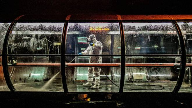 Desinfecção de uma estação de ônibus em Curitiba.