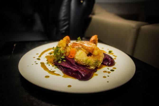 Camarão empanado na tapioca com purê de batata-doce roxa do Selenza 47, em Balneário Camboriú. Foto: Divulgação