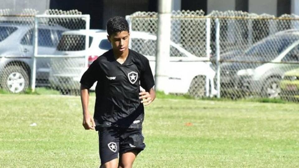 Após polêmica sobre aliciamento, jovem deixa o Athletico e volta ao Botafogo