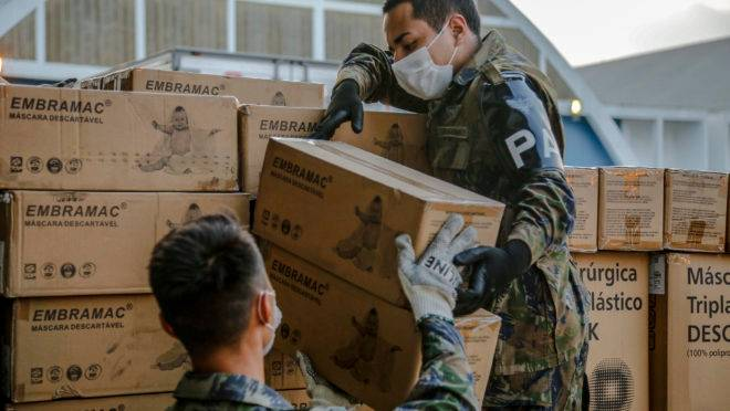 Militares da Força Aérea Brasileira transportam carga de álcool em gel e EPIs para os estados: Orçamento de Guerra facilita a tomada de decisões para enfrentar a Covid-19.