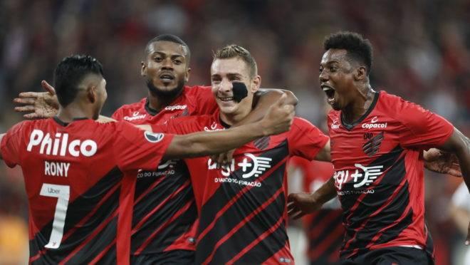 Marco Rubén, Marcelo Cirino, Rony e Wellington comemoram mais um gol naquela noite histórica.