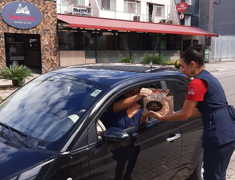A entrega dos produtos da Saint Claire é feita diretamente no carro. Foto: Divulgação