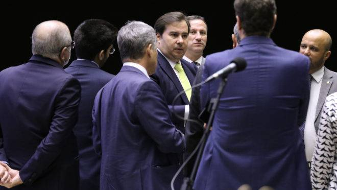 Presidente da Câmara, Rodrigo Maia, apoia plano de socorro a estados e municípios, mas governo é contra por causa do impacto fiscal.