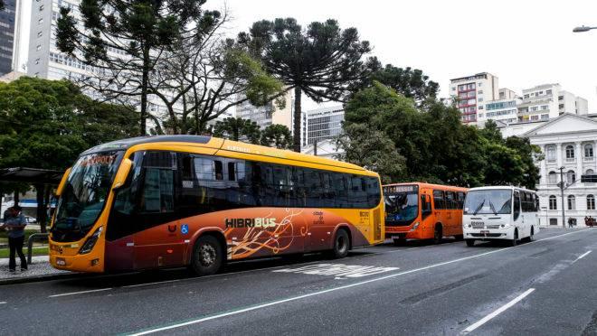O sistema integrado de transporte em Curitiba é sinalizado por cores. E cada ônibus tem uma cor representando o tipo de linha e sistema. tags: transporte, biarticulado, coletivo, transporte público, rmc, integração. Fotos: André Rodrigues