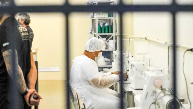 Toda a produção de máscaras dos presos da Papuda será adquirida pelo governo do DF por R$ 0,45 a unidade.
