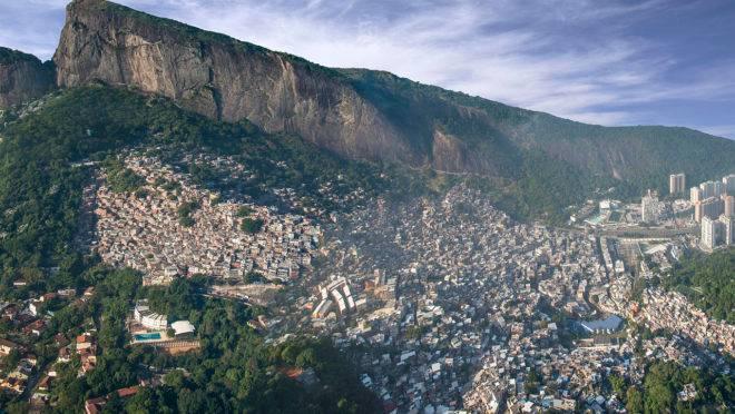 Panorama aéreo da favela da Rocinha no Rio de Janeiro.
