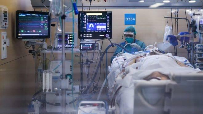 Profissional de saúde atende paciente de covid-19 em Unidade de Tratamento Intensivo em hospital de Barcelona, Espanha, 6 de abril de 2020.